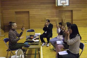 校長先生(中央)も笙を体験